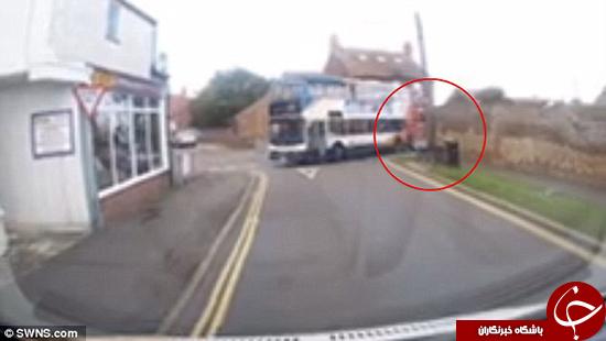 اتوبوس این پسر را روی زمین کشید +تصاویر