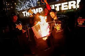 به آتش کشیده شدن پرچم آمریکا در مقابل هتل بینالمللی ترامپ
