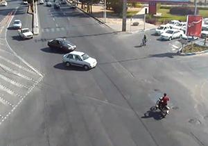 نجات معجزه آسای راکب موتورسیکلت پس از تصادف + فیلم