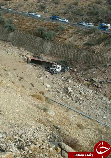 سقوط تریلی به دره در جاده کمارج به کازرون+تصاویر