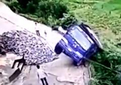 باشگاه خبرنگاران - پرش نجات بخش راننده از کامیون در حال سقوط + فیلم