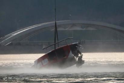 باشگاه خبرنگاران -عملیات نجات بالگرد سقوط کرده در دریاچه چیتگر
