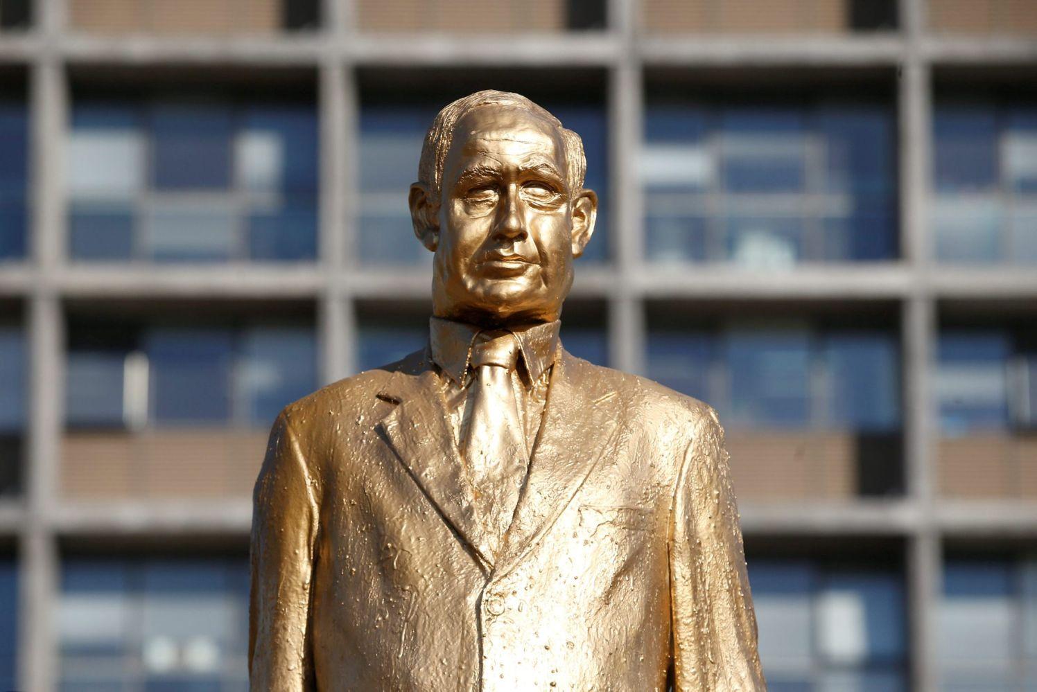 مجسمه نتانیاهو در میدان تلآویو به زیر کشیده شد+تصاویر