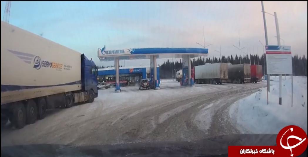 انفجار هولناک چرخ یک کامیون در پمپ بنزین +فیلم