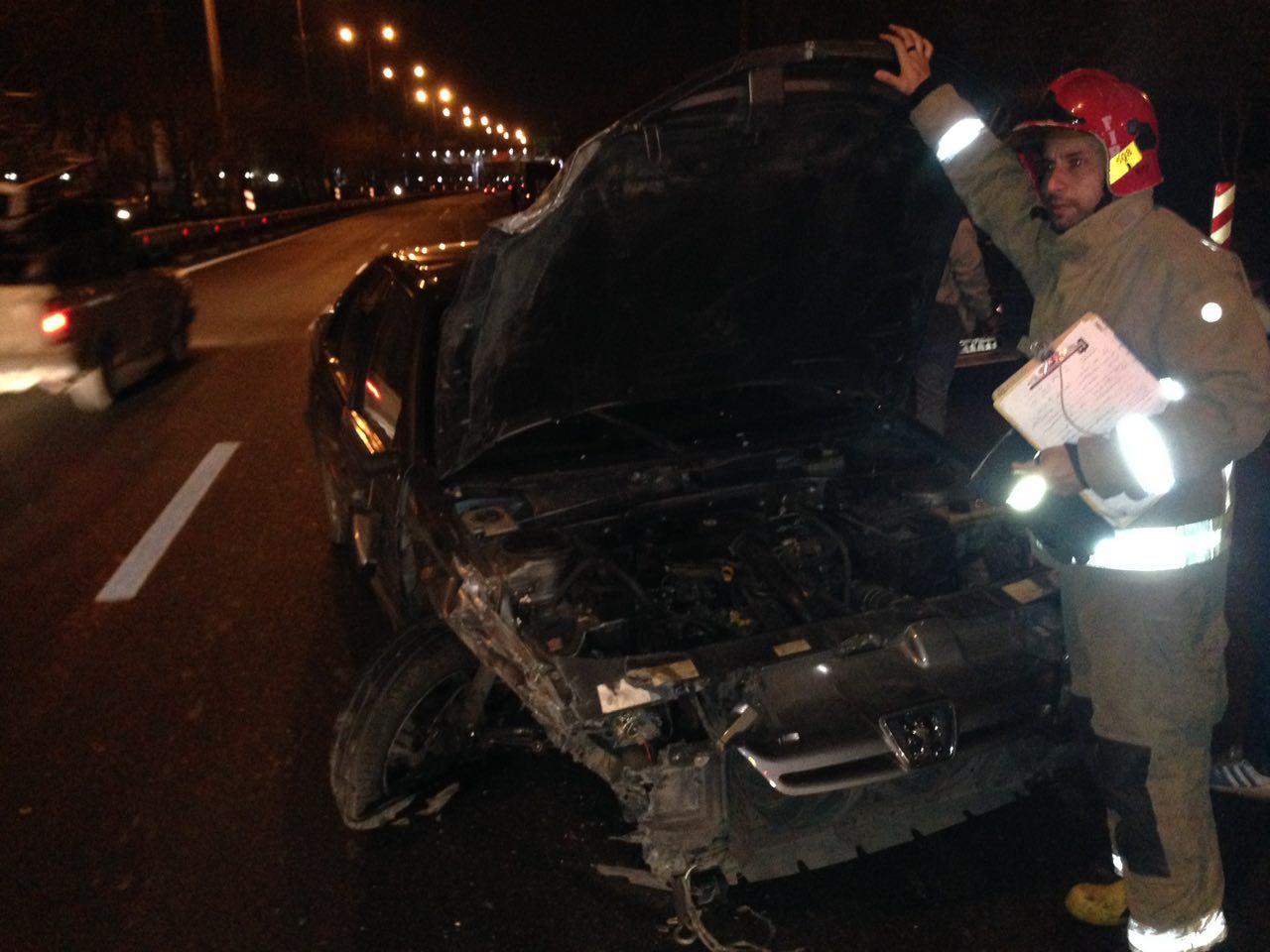 برخورد شدید پرشیا با 2 دستگاه خودروی متوقف شده/ 5 سرنشین مصدوم شدند
