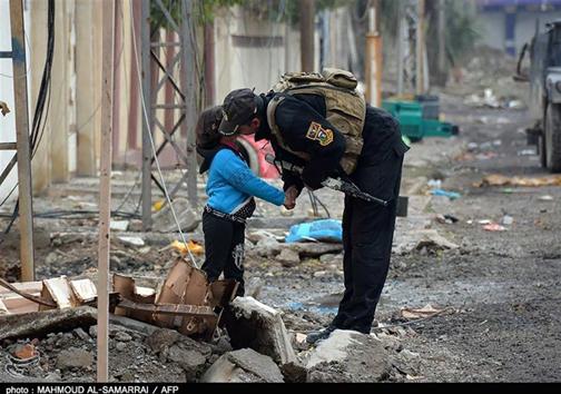 محبت سرباز به کودک عراقی در موصل + عکس
