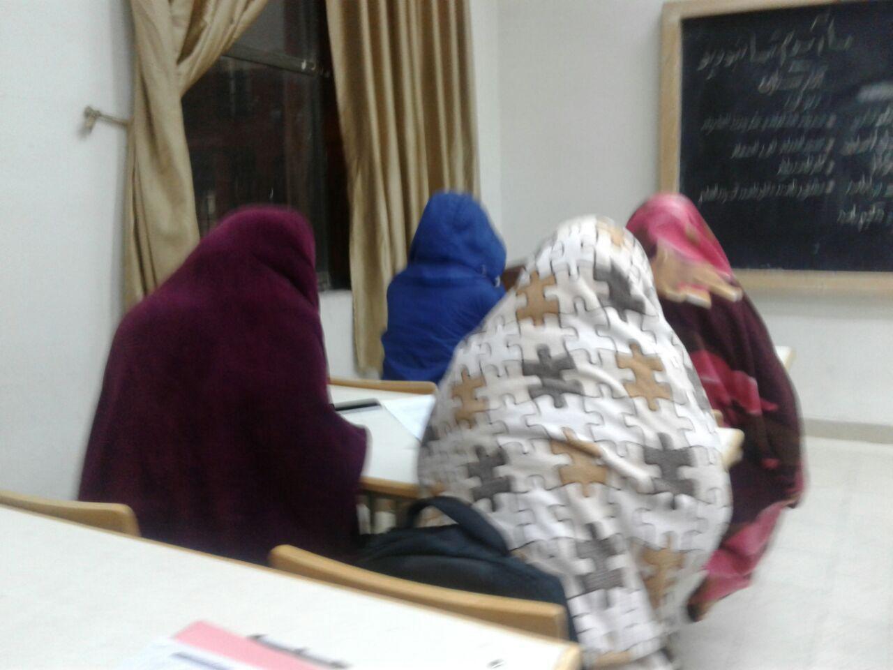مشکل سرمای برخی اتاق های خوابگاهی دانشگاهی/ دانشجویانی که با نایلون و درزگیر گرم می شوند