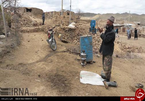 نماز پیرمرد روستایی در کنار خانه ویران شدهاش+عکس