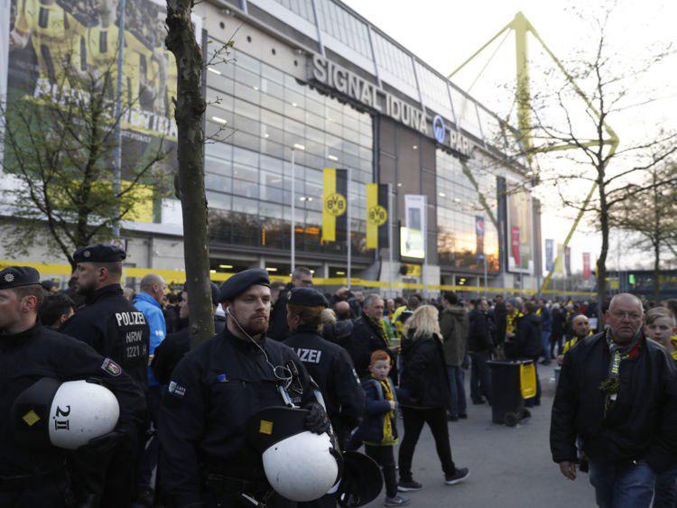 وقوع سه انفجار در مسیر کاروان تیم فوتبال بورسیا دورتموند آلمان+تصاویر