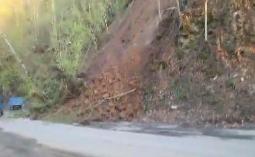 ریزش هولناک کوه در جاده خلخال! + فیلم