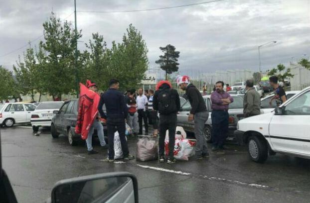 تجمع هواداران پرسپولیس در درب غربی ورزشگاه آزادی/ برپایی جشن قهرمانی هواداران پرسپولیس