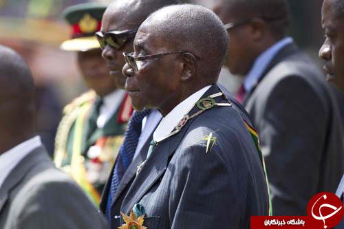 تصاویر روز: از همراهی یک ملخ با رئیس جمهور زیمباوه تا حمله به نامزد ریاست جمهوری فرانسه