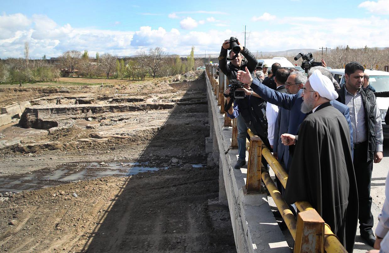 روحانی از مناطق سیل زده آذربایجان شرقی بازدید کرد