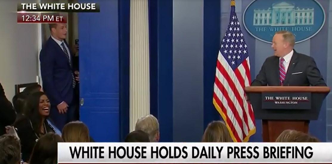 اتفاقی عجیب که کاخ سفید را مزحک کرد +فیلم