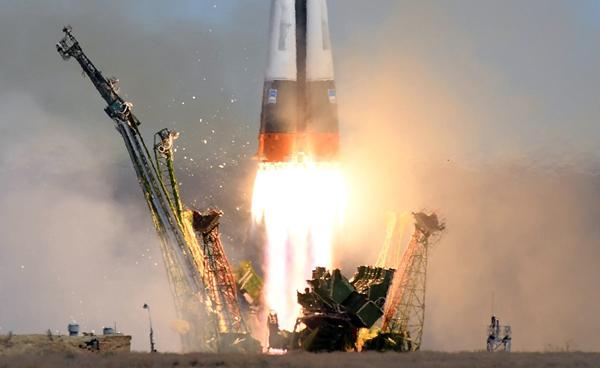فضاپیمای سایوز با دو سرنشین به فضا پرتاب شد