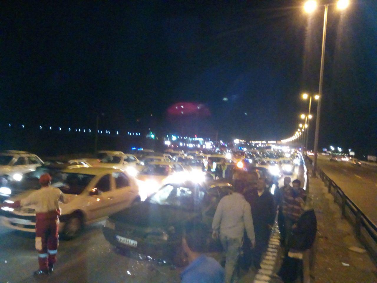 برخورد زنجیره ای ۲۳دستگاه سواری در اتوبان قم به تهران