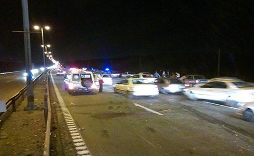 برخورد زنجیره ای ۲۳دستگاه سواری در اتوبان قم - تهران