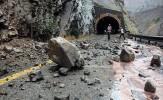 باشگاه خبرنگاران - ریزش سنگ از کوه در جاده هراز حادثه آفرید