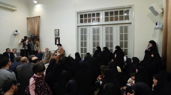 جمعی از خانوادههای شهدا با رهبر معظم انقلاب دیدار کردند