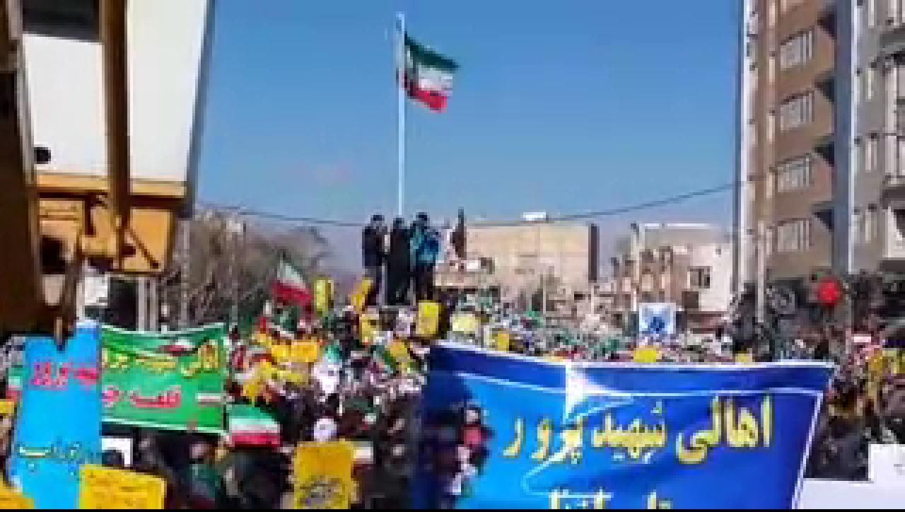 لحظه بر افراشته شدن پرچم ایران در میدانی که فتنه گران پرچم را از آن پایین آوردند +فیلم