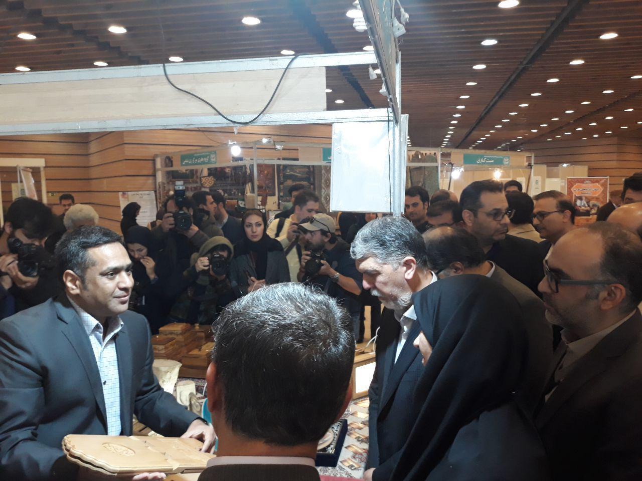 بازدید وزیر ارشاد از نمایشگاه کالاهای فرهنگی با الگوی ایرانی اسلامی