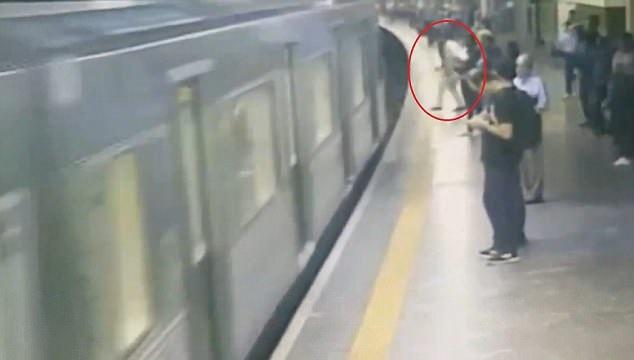 ببینید: پرتاب عمدی زنی روی ریل قطار در مترو
