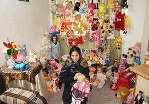 دختر نوجوان محمودآبادی از عروسکهای خود گذشت.
