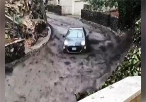 شنا کردن خودروها در سیل شدید + فیلم