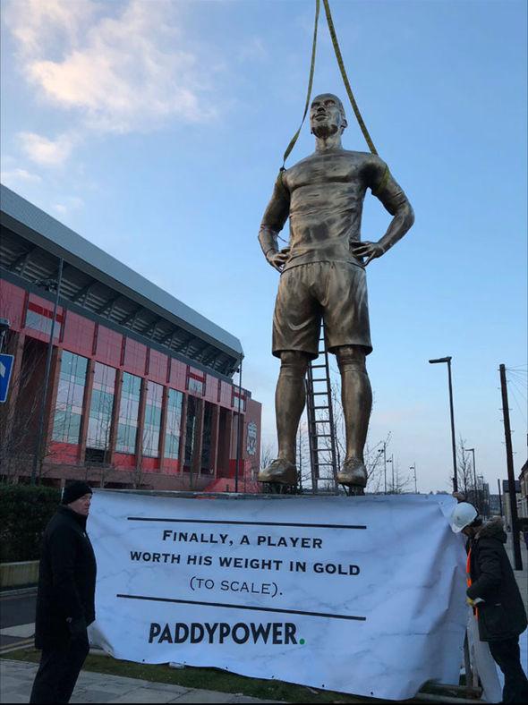 مجسمه 9 متری فوتبالیست مقابل آنفیلد