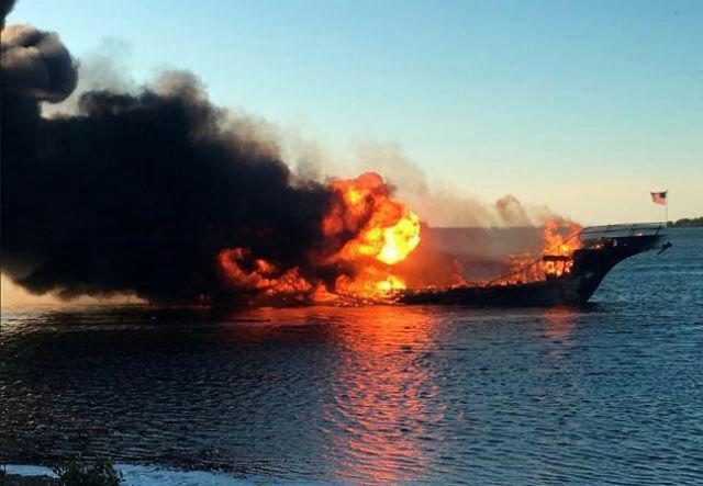 یک کشته و ۱۵ مجروح در آتشسوزی کشتی تفریحی در آمریکا+ تصاویر و فیلم