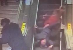 کلهمعلق زدن زن و شوهر میانسال روی پله برقی +فیلم