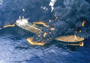 انفجارهای لحظات اولیه برخورد کشتی چینی با نفتکش سانچی+فیلم