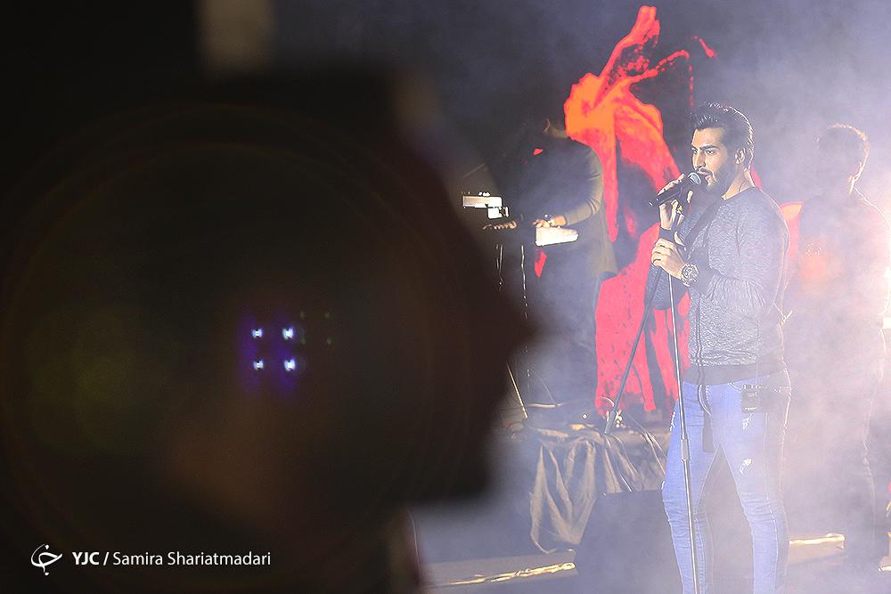 غوغای طرفداران ماکان در جشنواره موسیقی فجر/ کنسرت ماکان به خانواده شهدای سانچی تقدیم شد