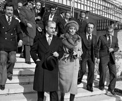 انتقال حقیرانه محمدرضا پهلوی به بیمارستان روانی توسط آمریکاییها +فیلم
