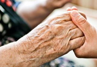 پرستاری که بلای وحشتناکی که یک پرستار به سر زن سالمند آورد+تصاویر