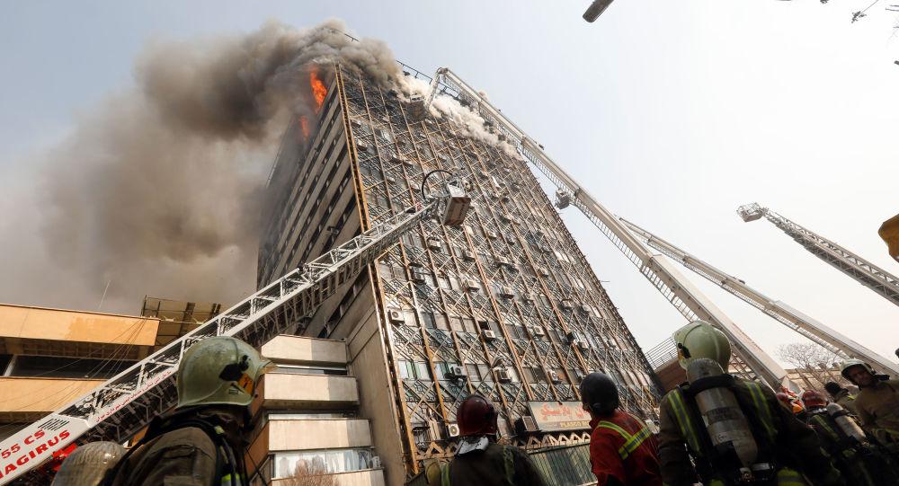 پلاسکو همچنان می سوزد و آتش نشانی به دنبال خرید نردبان!