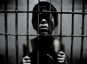ماجرای عجیب پدری که پسر ۹ساله اش را در قفس نگهداری میکند+فیلم