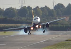 لحظات دلهرهآور فرود هواپیماها در طوفان دو روز پیش آلمان + فیلم