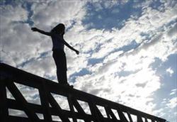 خودکشی زن 35 ساله با پرش از طبقه پنجم +فیلم