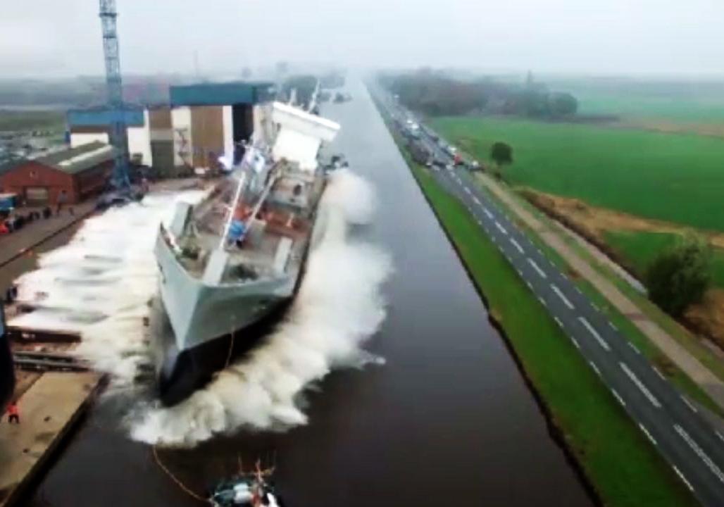 لحظه های هولناک به آب انداختن کشتیهای بزرگ + فیلم