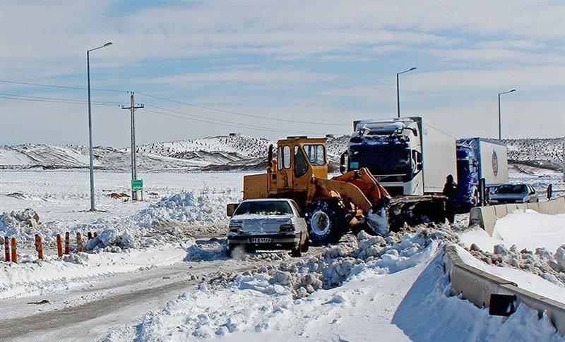 کمکرسانی سپاه پاسداران به مردم گرفتار در برف + تصاویر