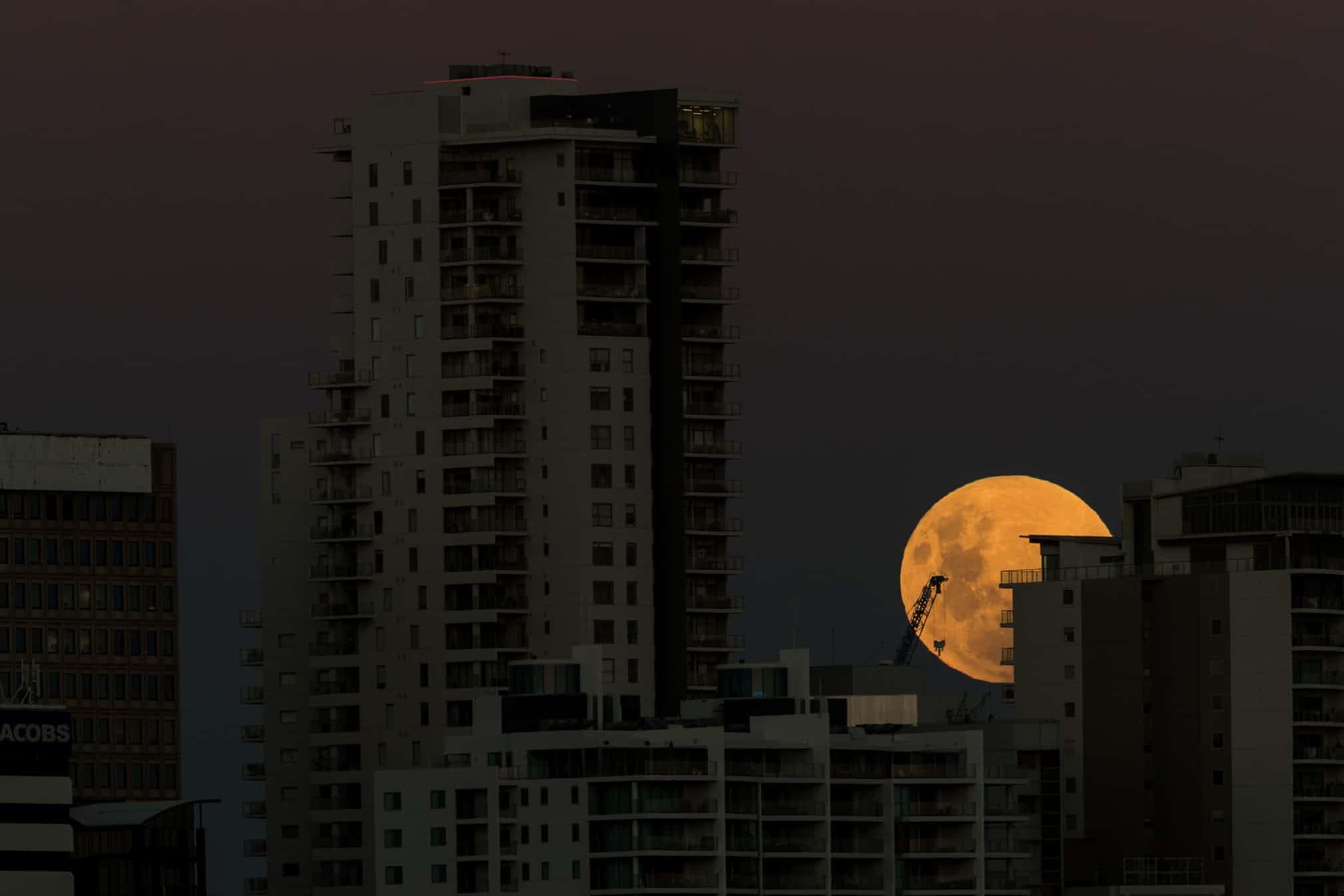 تصاویر زیبایی از پدیده نادر «ابرماه سرخآبی» در آسمان کشورهای مختلف جهان
