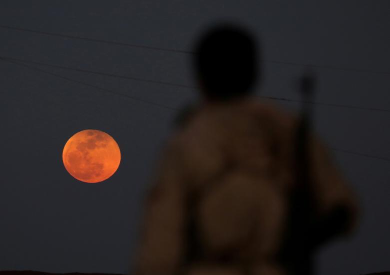 تصاویری از وقوع همزمان ماهگرفتگی با ابرماه سرخآبی در آسمان کشورهای جهان