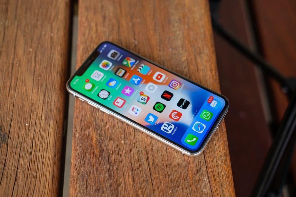 شرکت اپل در سه ماهه چهارم 2017 با فروش کمتر نسبت به سال گذشته، درآمد بیشتری داشته است!