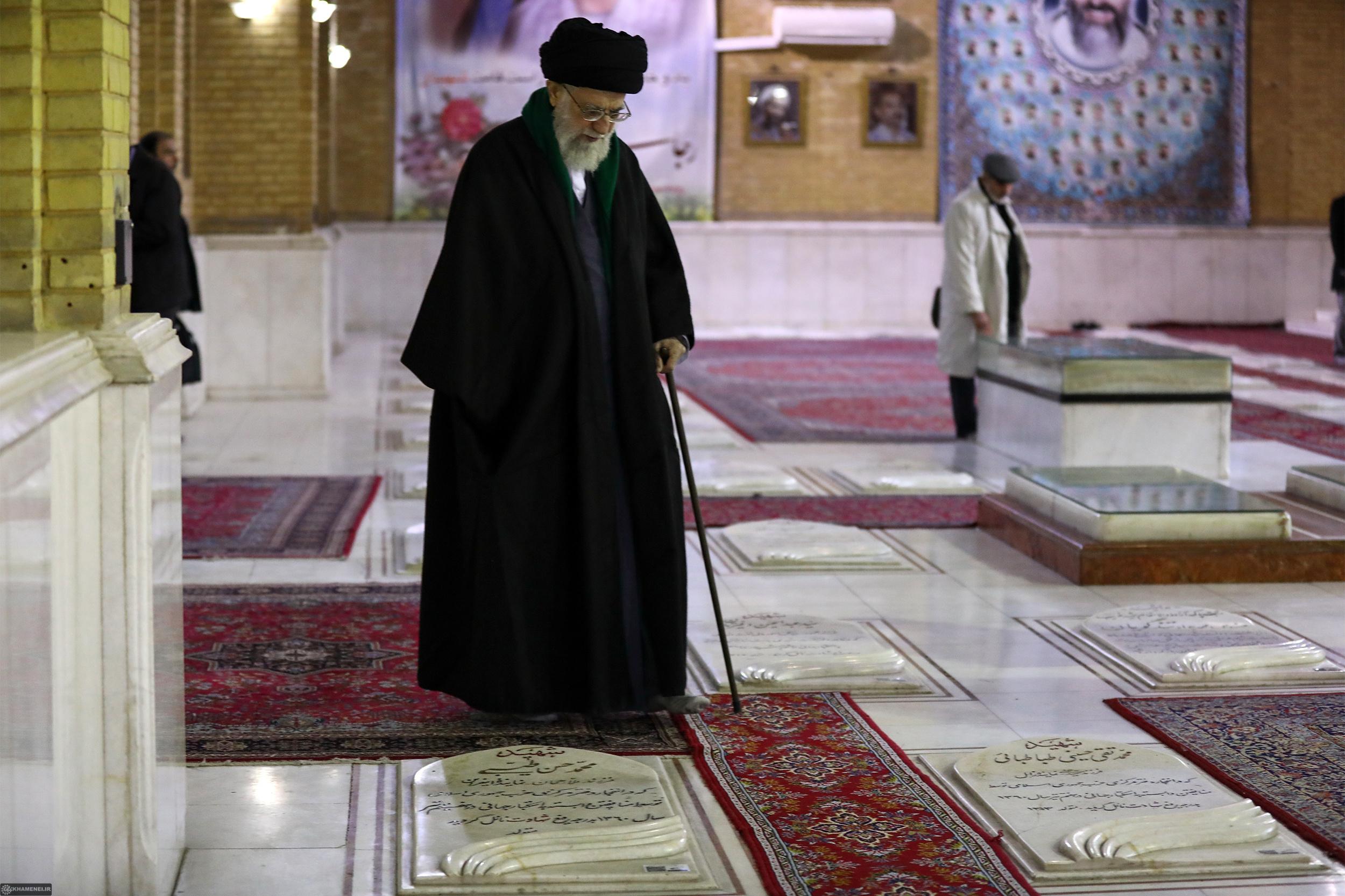 بخشهای تازهای از حضور رهبرانقلاب در حرم امام خمینی(ره) و گلزار شهدا، 11 دی 96 + فیلم