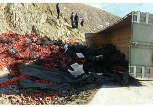 واژگونی کامیون حامل بار گوجه در نهاوند