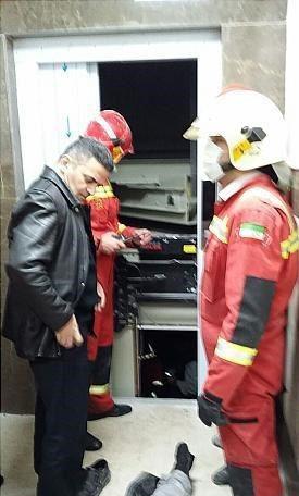 نقاش ساختمانی میان آسانسور و سقف له شد + عکس
