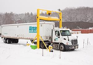 دستگاهی کارآمد برای برف روبی از روی سقف خودروها + فیلم