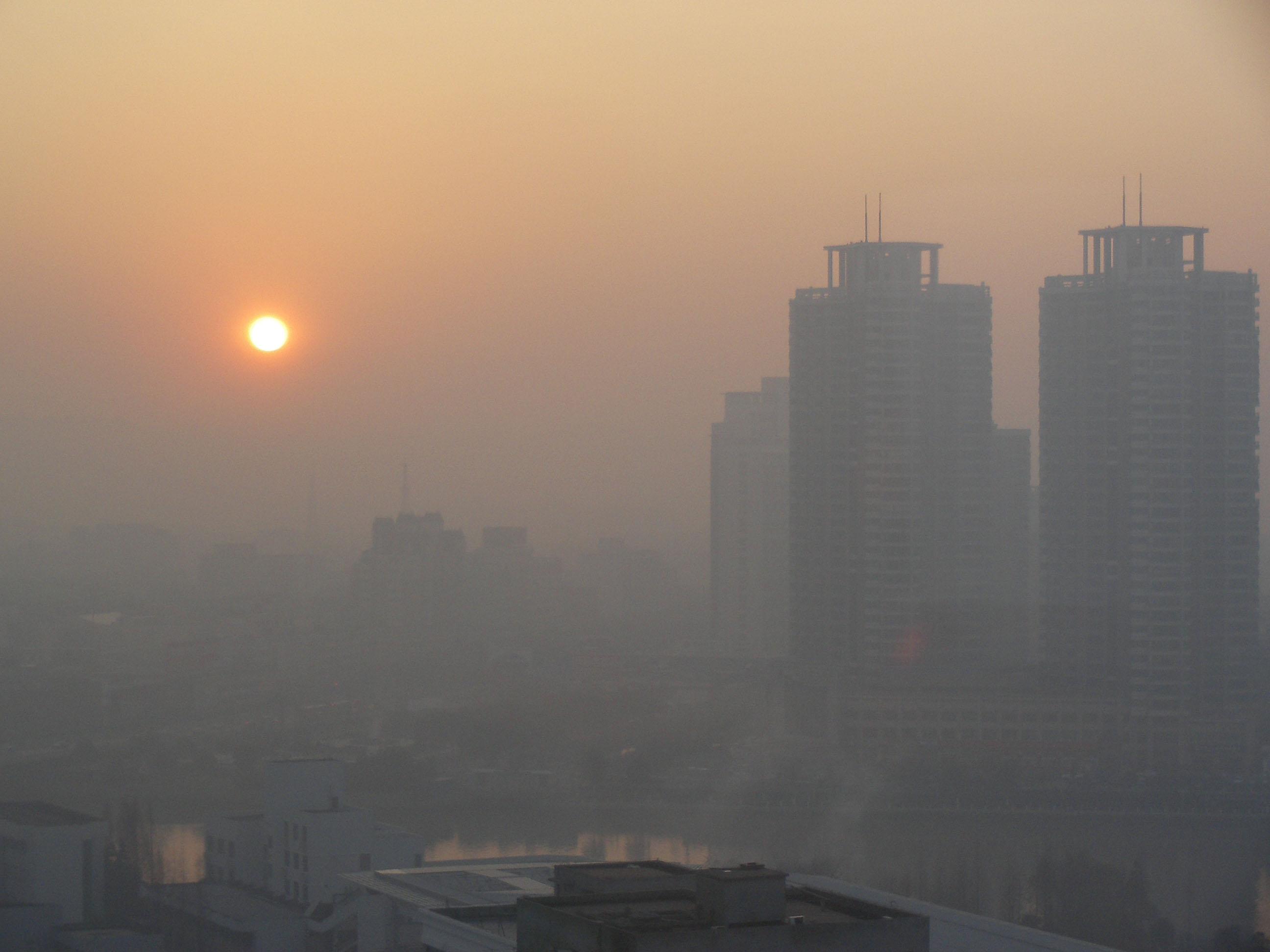 آلودگی هوا ادارات تهران را تعطیل می کند؟/ هوا در مرز بسیار ناسالم
