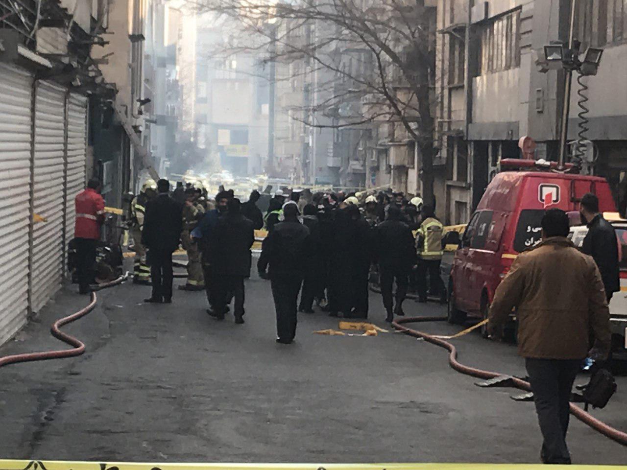 آتش سوزی در ساختمان وزارت نیرو ادامه دارد/ احتمال تکرار فاجعه پلاسکو/ تخلیه ساختمانهای اطراف
